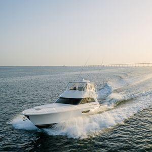 круизная моторная яхта