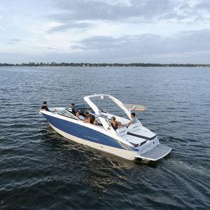 небольшой катер с внутренним мотором / с двойной консолью / для водных лыж / спортивный