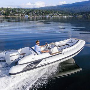 надувная лодка c подвесным мотором / полужесткая / с боковой консолью / из стекловолокна