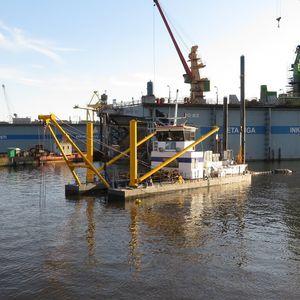 специальное судно земснаряд для очистки водоемов