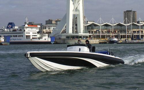 полужесткая надувная лодка / c подвесным мотором / двухмоторная / с центральной консолью